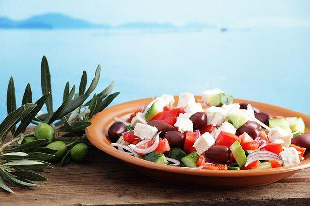 классический греческий салат: 2 рецепта с курицей и сухариками