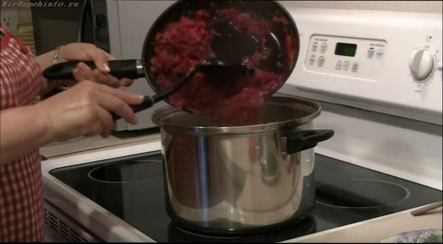 Подготавливая мясо для борща, помните, что не все любят возиться с костями, домочадцам или гостям ничего не должно мешать наслаждаться вкусным ужином, поэтому мясо в борще не должно содержать косточек и хрящей. Когда мясо обработано от костей и нарезано, добавьте его в борщ, но не спешите добавлять всё мясо, лучше добавить его в тарелку прямо перед подачей.