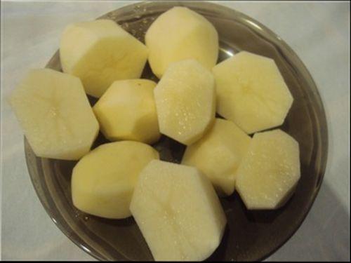 опускаем, крупно порезанный, картофель