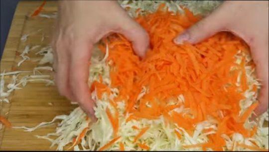капусту помять, чтобы из нее выделился сок