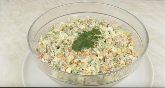 рецепт салата с колбасой огурцами