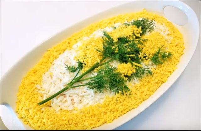 Салат «Мимоза» — классический, вкусный салат с рыбными консервами