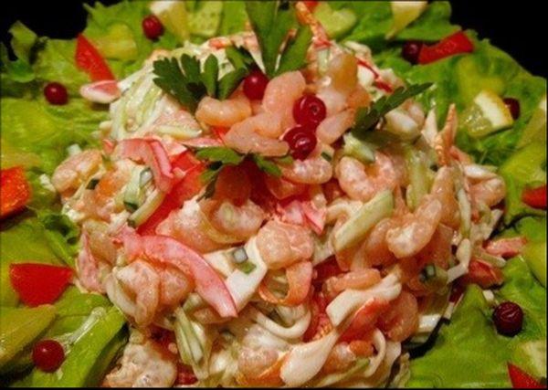 Салат из кальмаров с другими морепродуктами (креветками), свежими овощами и зеленью