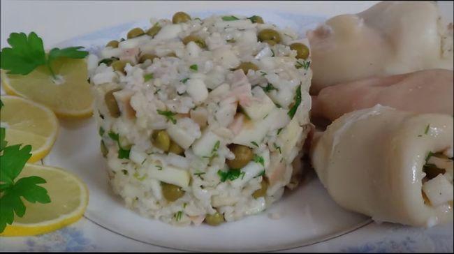 Салат с кальмарами — простые пошаговые рецепты вкусного салата из кальмаров с фото