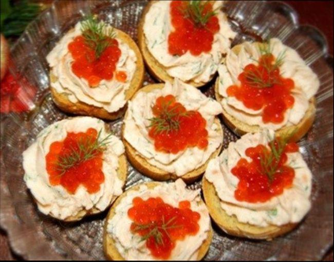 Красивые и вкусные бутербродына праздничный стол с икрой и творожным муссом