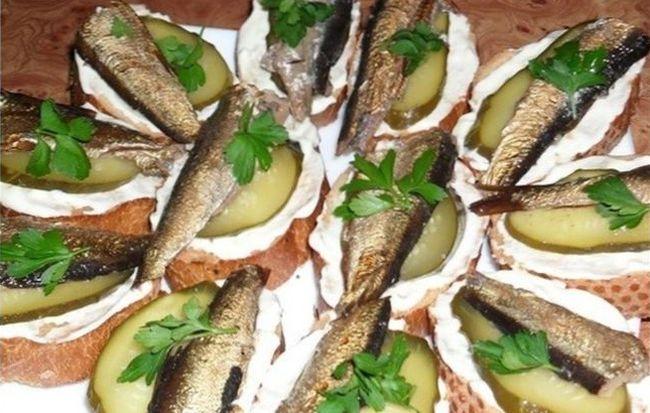 Классические бутерброды со шпротами и соленым огурцом
