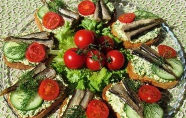 Праздничные бутерброды со шпротами, помидорами и свежим огурцом