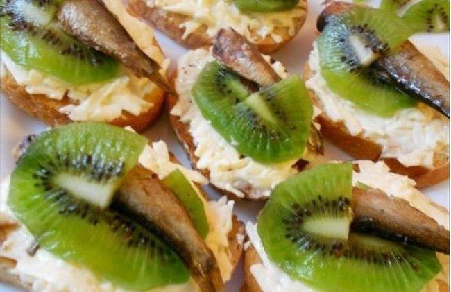Праздничные бутерброды из шпрот и киви с плавленым сыром