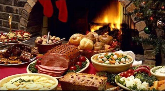 Вкусные горячие блюда на праздничном столе в Новый 2018 Год