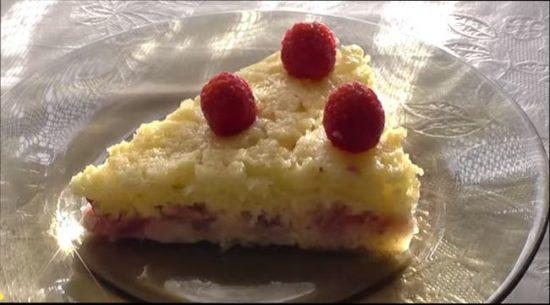 В тесто для манника можно добавлять изюм, цукаты, фрукты и ягоды