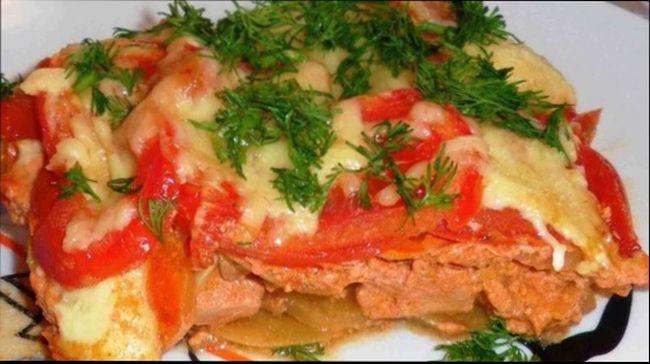 Картофельная запеканка с фаршем, луком и помидорами