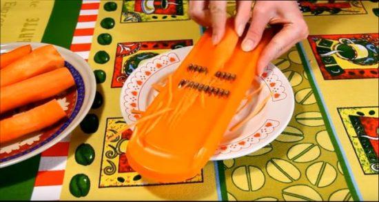 Трем на терке морковь