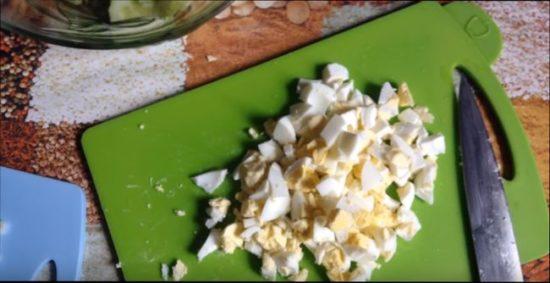 Вареные яйца режем ножиком на любые части