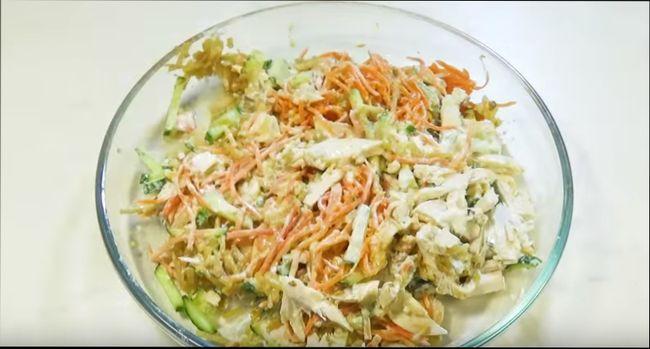 Салат с куриной грудкой, соленым огурцом, корейской морковью