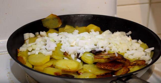 Как вкусно и быстро пожарить картошку просто с луком