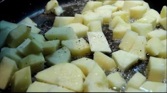 картошечку закидываем в сковородку