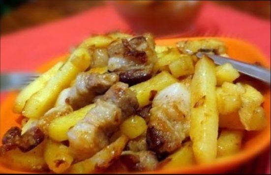 Жареная с салом на сковороде картошка