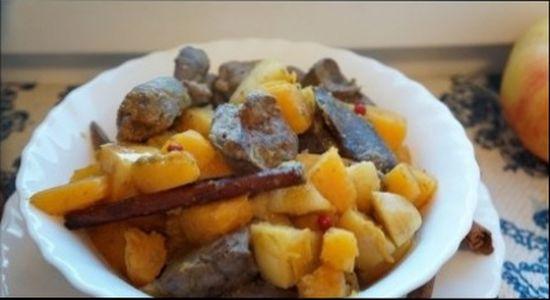 Рагу из куриной печени, тыквы и яблок готово