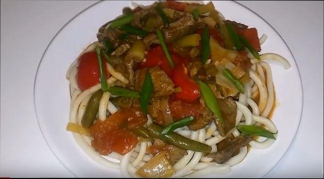 Лагман по узбекски с говядиной, овощами и подливой
