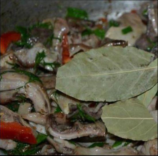 Отправляем нарезанные ингредиенты к свиному желудку