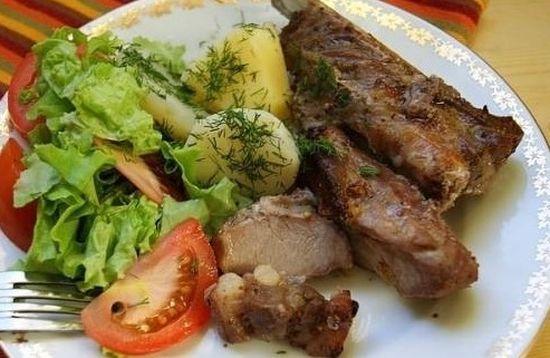 Подать свиные ребра можно с картошечкой, рисом, макаронами