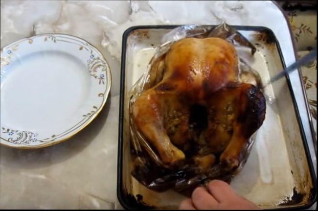 Целиком запеченная курица в рукаве -классический рецепт
