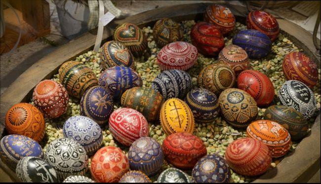 В какие цвета красят яйца на Пасху