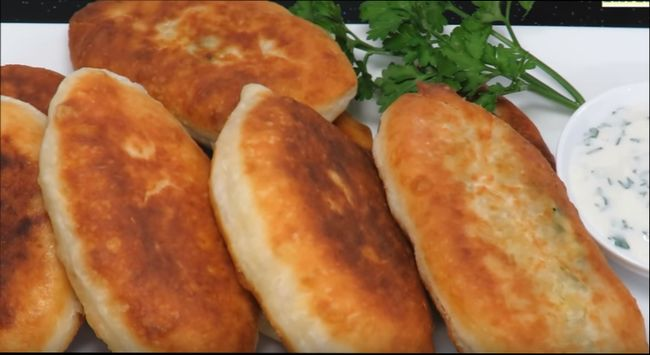 Пирожки с зеленым луком и яйцомна кефире, жареные на сковороде