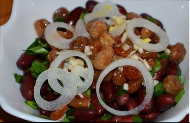 Салат с фасолью и изюмом