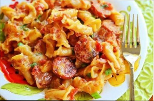 Вкусные макароны с колбасой и сыром на сковороде
