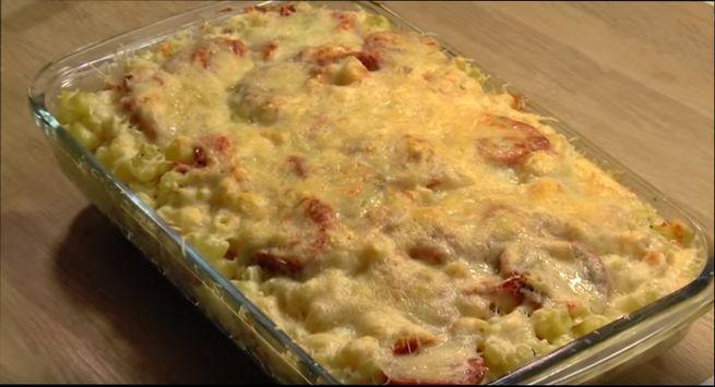 Запекаем в духовке макарончики с помидорами и сыром