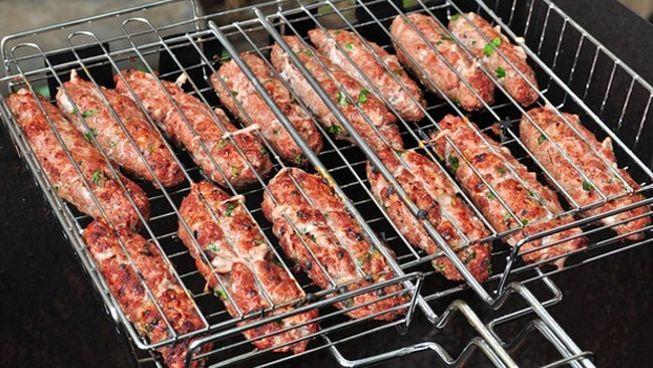Люля-кебаб на мангале на решетке из смешанного мяса
