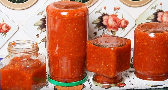 Аджика из помидор с чесночком, классический рецепт для консервации в банки