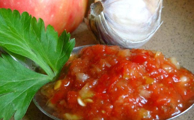 Легкая аджика с помидорами и яблоками