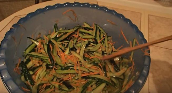 Как консервировать на зиму корейский салатик с огурцами