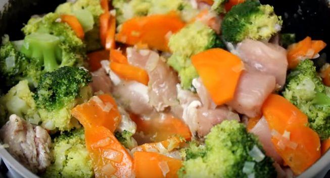 Жареная брокколи на сковороде с овощами и курицей