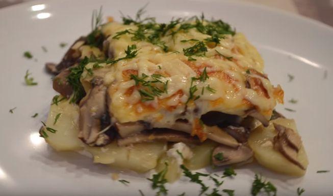 Запеканка с картошки с беконом или шкварками и сушеными грибами