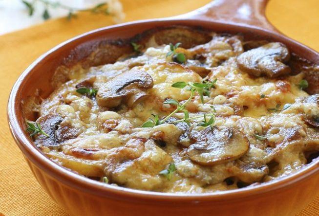 Картофельная запеканка с маринованными грибочками в соусе