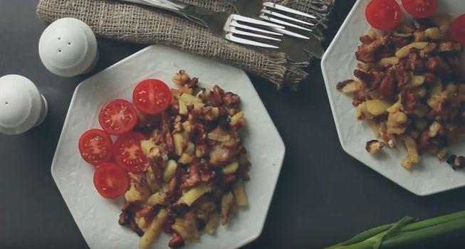 Жареная картошка на сковороде ссушеными грибами