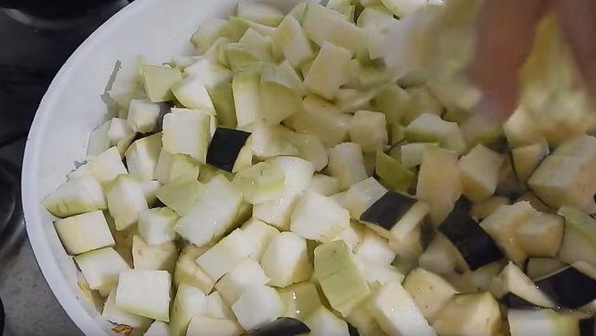 Баклажаны с кабачком порубите кубиками