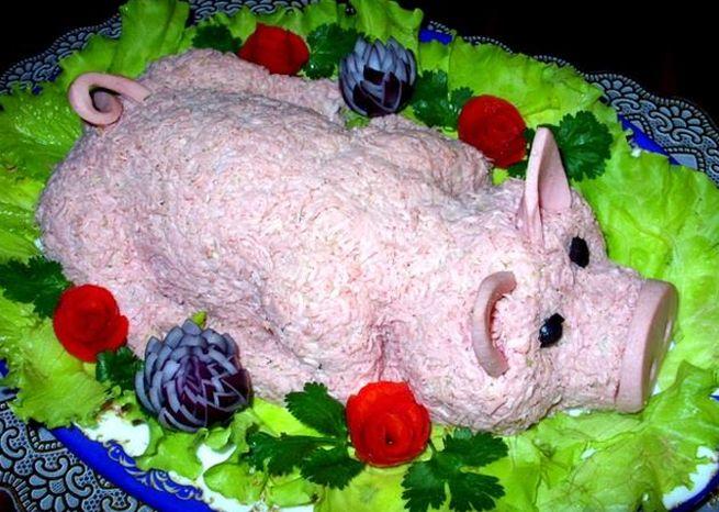 Салат в виде свиньи с авокадо и ананасами