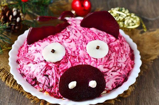 закуска в виде свиньи со свеклой и орехами