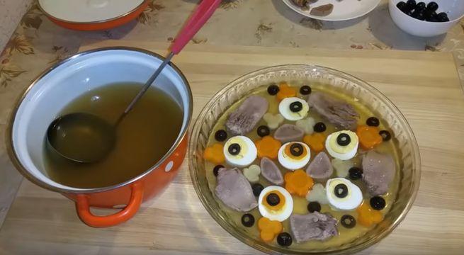 Вкусное заливное из языка с оливками