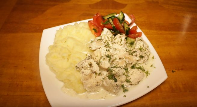 Куриные грудки кусочками в сметане с овощами