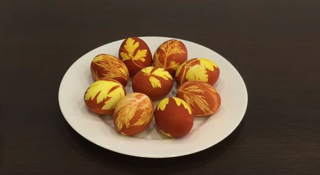 "вариант покраски пасхальных яиц трафарет"""