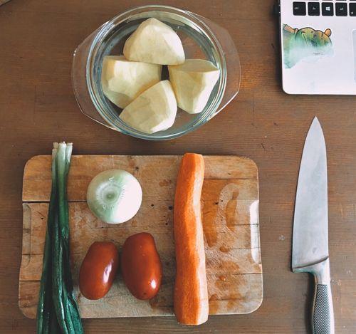 Сырая картошка быстро темнеет